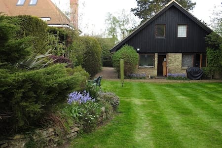 4-bed chalet style house with beautiful garden - Casa
