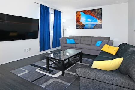 Roomy 7BR, sleeps 18, 5mins to DT, walk to  CTrain - Calgary