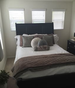 Queen bed in quiet upscale neighborhood - Casa