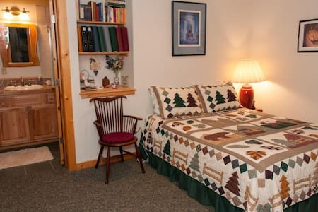 Meadow Room of an Elegant Mountain Log Home - Casa