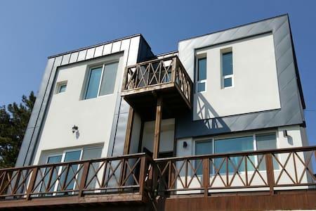 """남해 바닷가 자연과 함께 쉼이 있는 바다가 보이는 """"바다향"""" 2층 투룸형 햇살가득한 방 - Seolcheon-myeon, Namhae - Casa"""