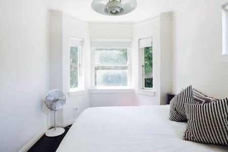 5 Star Modern 1BD Apartment, Sleep 4 Guests - Daire