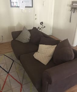 Comfy couch just minutes from downtown Burbank! - Burbank