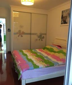 高薪广场边的舒适二居室之主卧 - Lägenhet