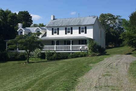 Lucketts Farmhouse on 16 Acres, Private & Secluded - Leesburg - Casa