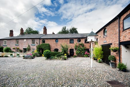 The Loft at The Courtyard Cheshire - barn sleeps 2 - Helsby, Frodsham  - Pis