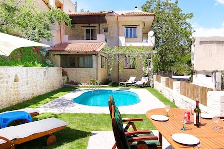 Spacious villa in a beautiful quiet village - Goulediana