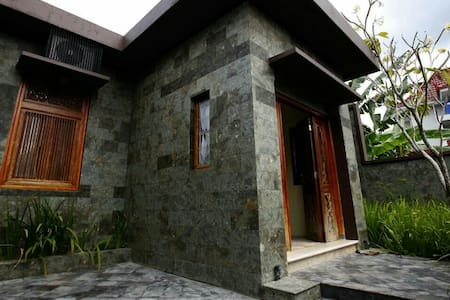 Cozy and Comfort Ethnic Guest House - Yogyakarta - House