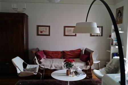 Bedroom in Artist flat - Bed & Breakfast