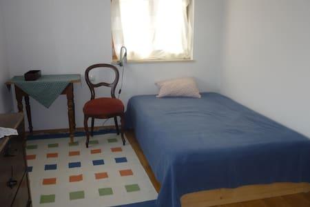Gemütliches Zimmer in neuem Bauernhaus - Traunreut - Hus