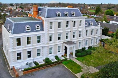 Georgian 2 bed duplex apt  with own entrance - Epsom - Apartamento