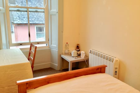 Lovely room in heart of town with parking space* - Skibbereen