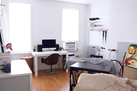 Sunny artist's 2 room studio with private bathroom - Apartment