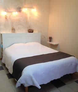 Chambre confort avec entrée indépendante - Mallemort - Huis