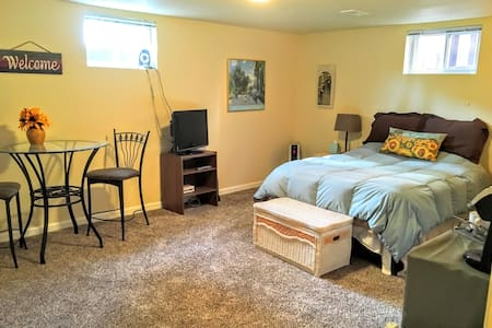 Spacious Private Bed/Bath - Central Location! - Colorado Springs - Hús