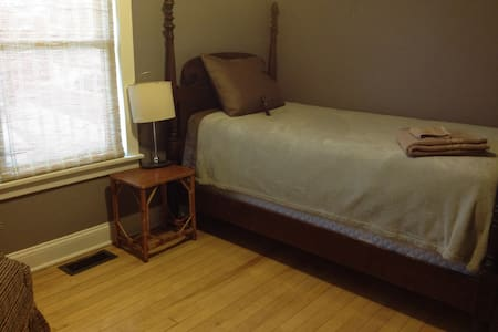 Being minutes from downtown, the waterfront and UVM makes this an ideal spot for any traveler.  The pillow top single in the private room assures a good nights sleep.  The recently renovated shared bathroom has a shower and tub.  Lots of sitting room in the living room or front porch.