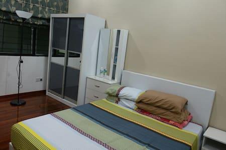 Semi-D Room @ Parkland Klang - Haus