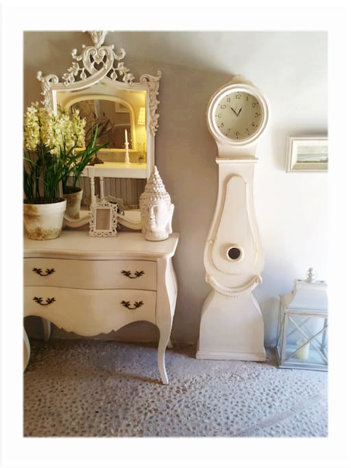 Gustavian style furniture in entrada