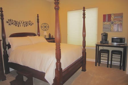 Private bedroom, 15 min to beaches