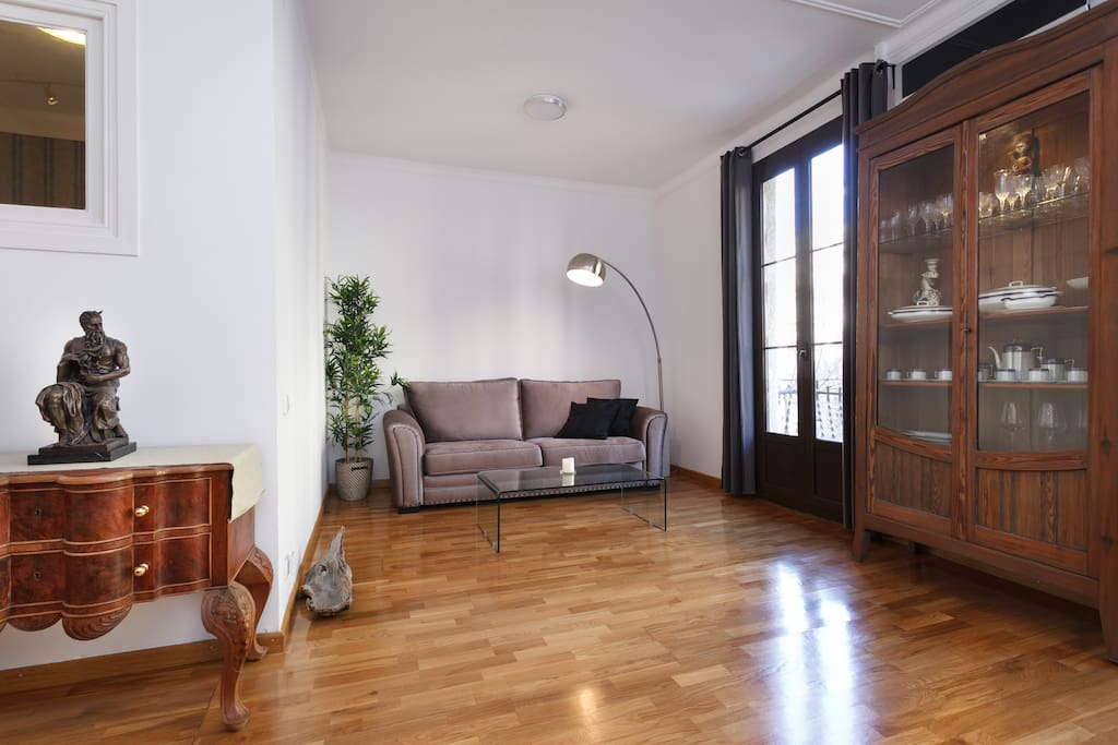 The thirty square meters gives the living room a really cozy feel and consists of unique decoration, double exterior windows and a double balcony. Some furniture is  antiquary´s original from the modernist period.