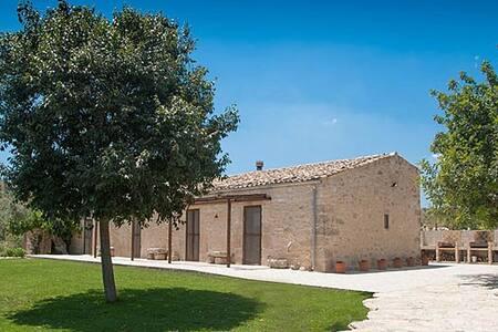 Laura's Room at Casa Iside - San Giacomo - Hus