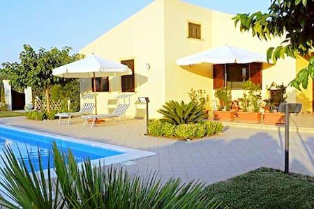 Villa Virginia: Piscina - Mare - Relax - Buon Cibo - Huvila