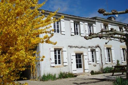 Atractive Stone Farmhouse - Barie, Gironde