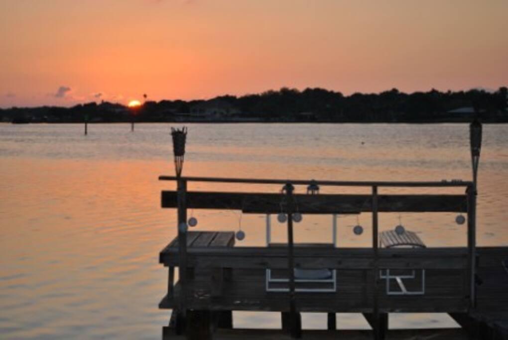 Steg bei Sonnenaufgang / Dock