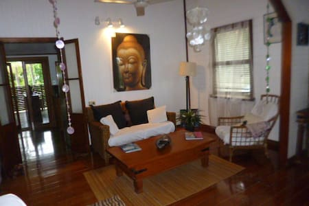 Tropical style Queenslander - Westcourt - Haus