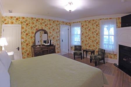 Wanner Suite at the 5-star Main Street Inn - Kutztown
