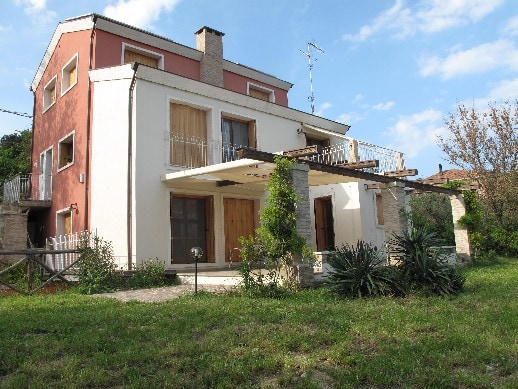 Buy a house in a village in Rimini inexpensively
