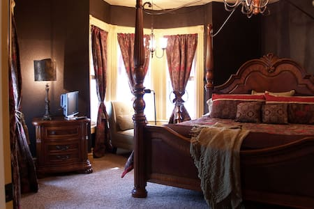 Nightly Stay 1900s Grand Victorian - Bed & Breakfast