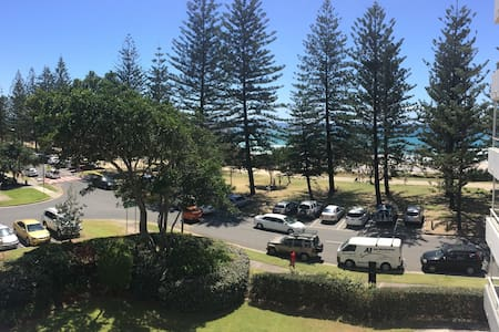Relax on the balcony overlooking Burleigh beach! - Lägenhet