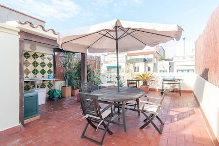 Penthouse with 2 terraces, one with open air bath tub with 360º views. Ideal for partners and people willing to have a plce to feel like at home in Barcelona. Equipped apartment, with Internet and in building with elevator. Very well connected.