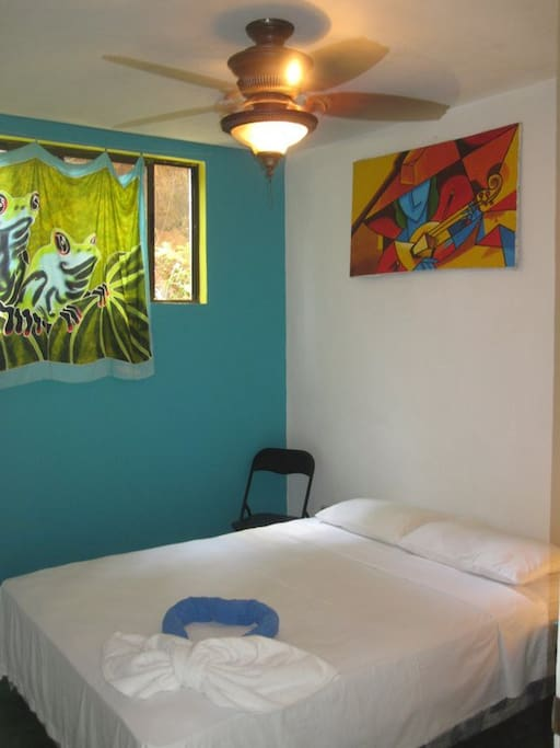 Basic Private room / shared bath / double bed / Sleeps 2