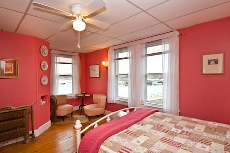 Beautiful coral room with a view - Winthrop - Bed & Breakfast