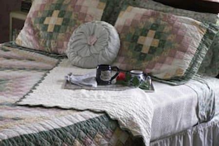 Book & Blanket Bed & Breakfast - Jay - Bed & Breakfast