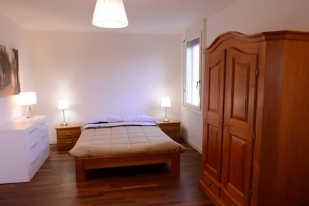 DOUBLE BEDROOM IN MODERN APARTMENT - Leilighet