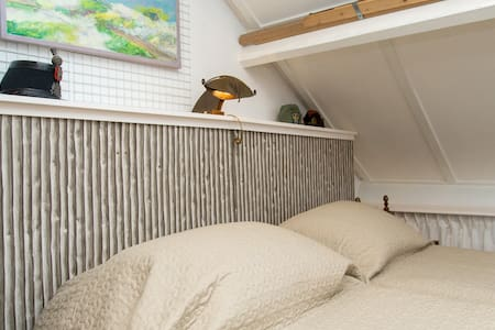 Spacious sunny attic, 35 m2 - Bed & Breakfast