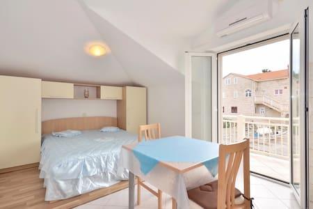 Luxury apartment for 2 near sea - Sumartin - Apartment
