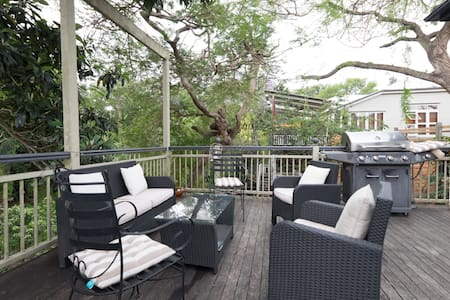Enjoy the peace of our remnant forest backyard while being in the midst of the inner city hub. South Bank, West End cafés, markets UQ and QUT, the Green Bridge all in walking distance, frequent buses, trains and ferries.