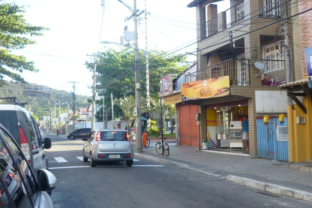 O portão azul é a entrada da vila