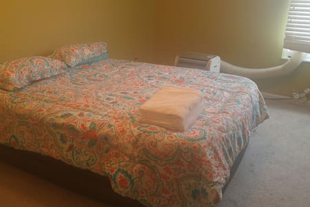 Cozy Room on Bus Route to Shops and Downtown - Highland Heights - Condomínio