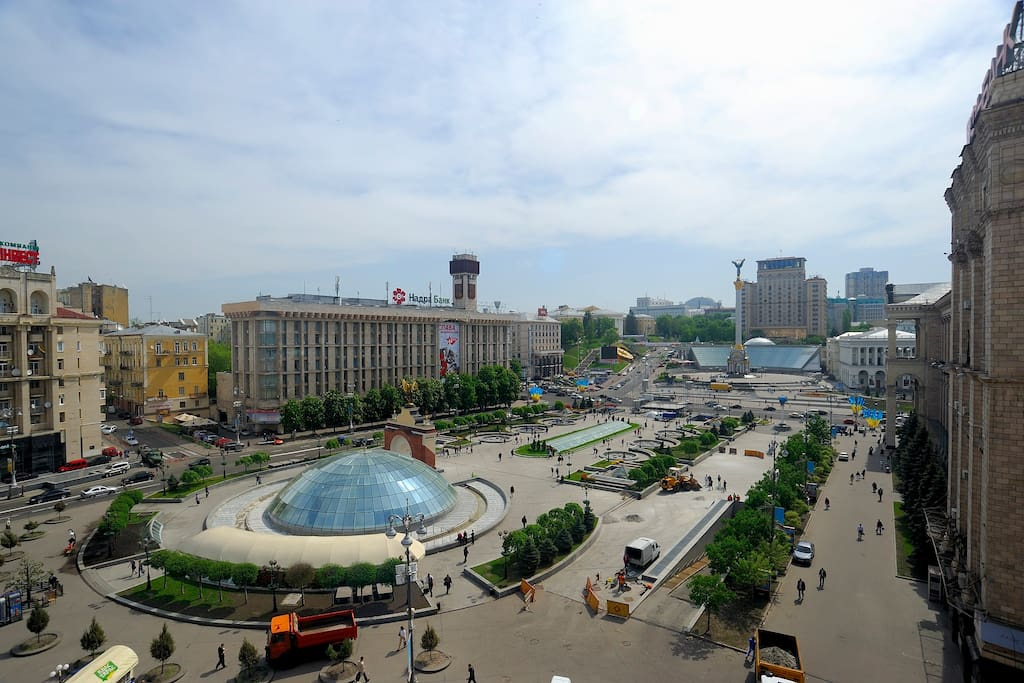 Enjoy spectacular view to Independence Square and Khreshchatyk street.