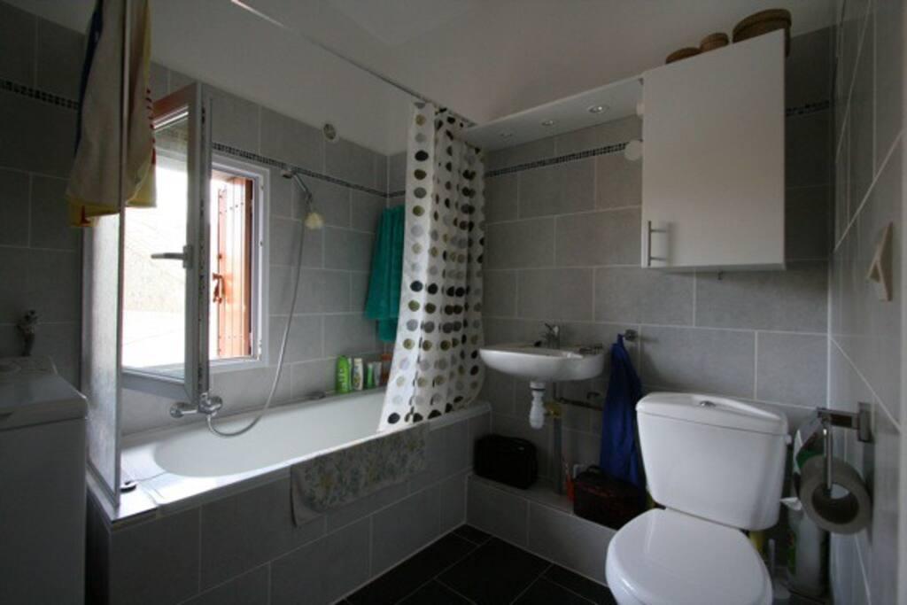 Stort badrum med toalett. Separat toalett finns också.