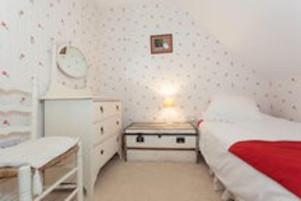 Twin bedroom in Central Sherborne
