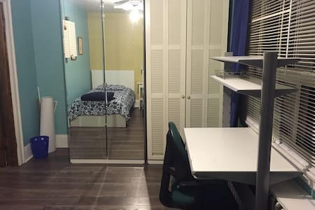 Bright student room for all of August - Toronto - House