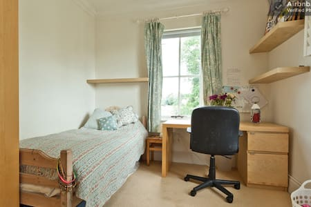 Comfortable Twin room in warm home. - Huis