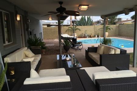 Fully furnished & recently remodeled room in Old Town Scottsdale. 4 bedroom with 2 people living here (the room available is the guestroom). We enjoy hiking & socializing -3 miles Camelback area (Mall & bars) - 9 miles to Tempe - 14 to PHX Airport