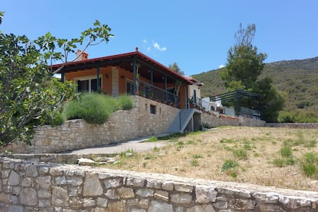 Ένα μικρό & ζεστό σπίτι στο βουνό! - Haus